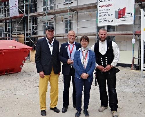 Frau Meister beim Richtfest in Oranienburg mit Vorstand und Architekten-1